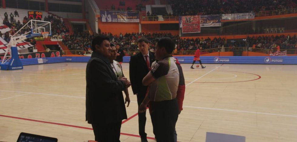 El comisionado técnico habla con los Árbitros y el dt de Pichincha.