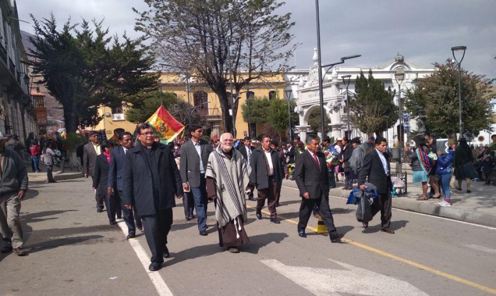 El desfile, cuando pasaba por la Plaza 10 de Noviembre.