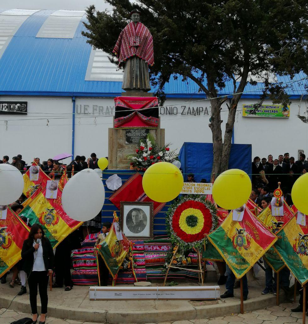 Así lucía la estatua del padre Zampa ayer.