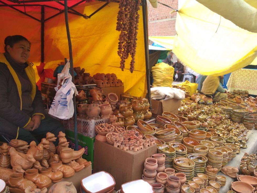 la feria de Alasita en San Juan, donde hay alfarería, dulce de caña (misk'i) y pan de trigo.
