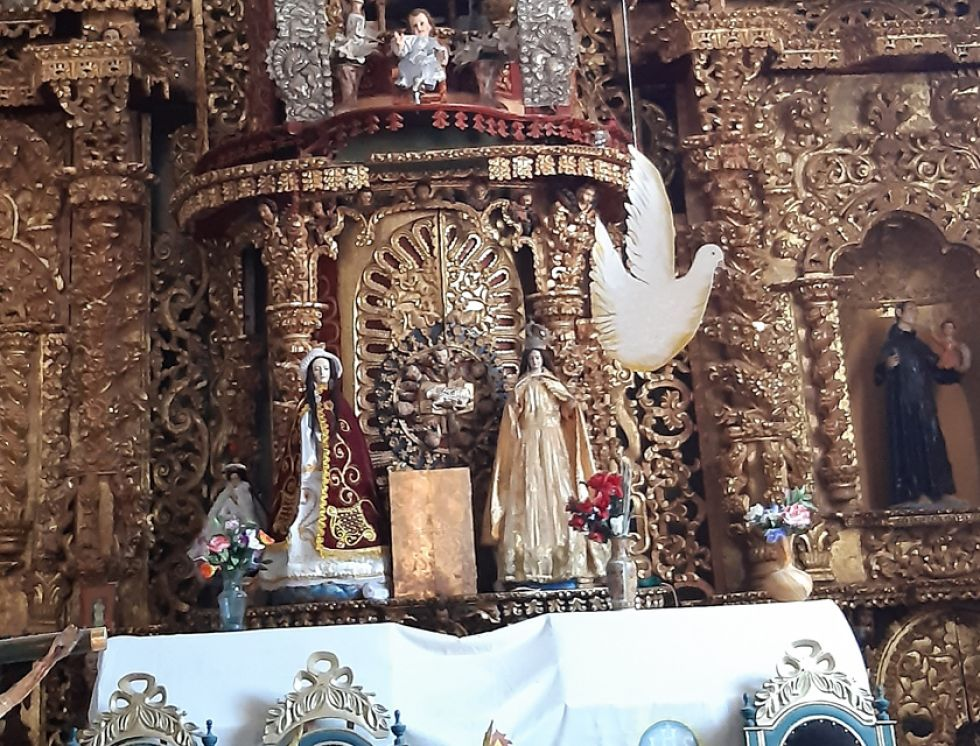 Altar del templo de Tinquipaya. Al centro (de amarillo) está la Virgen de Guadalupe.