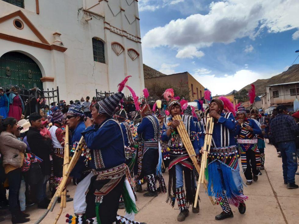 Los ayllus llegaron hasta el templo de Tinquipaya tocando sus wawkus.