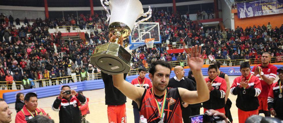 Cristian Camargo levanta el trofeo de subcampeón.