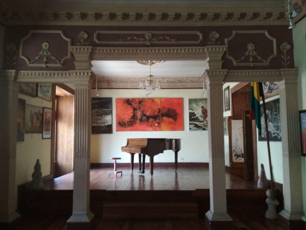 El salón de pintura contemporánea alberga cuadros ganadores de premios.