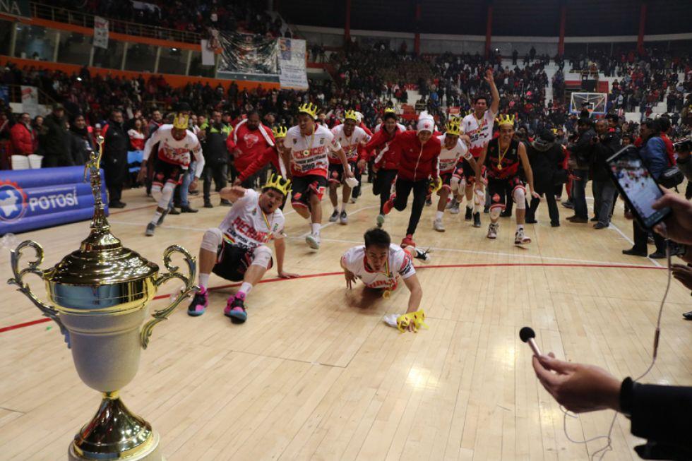 Jugadores de Pichincha se lanzan a la piscina del trofeo.