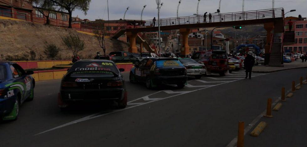 Los vehículos en la rotonda.