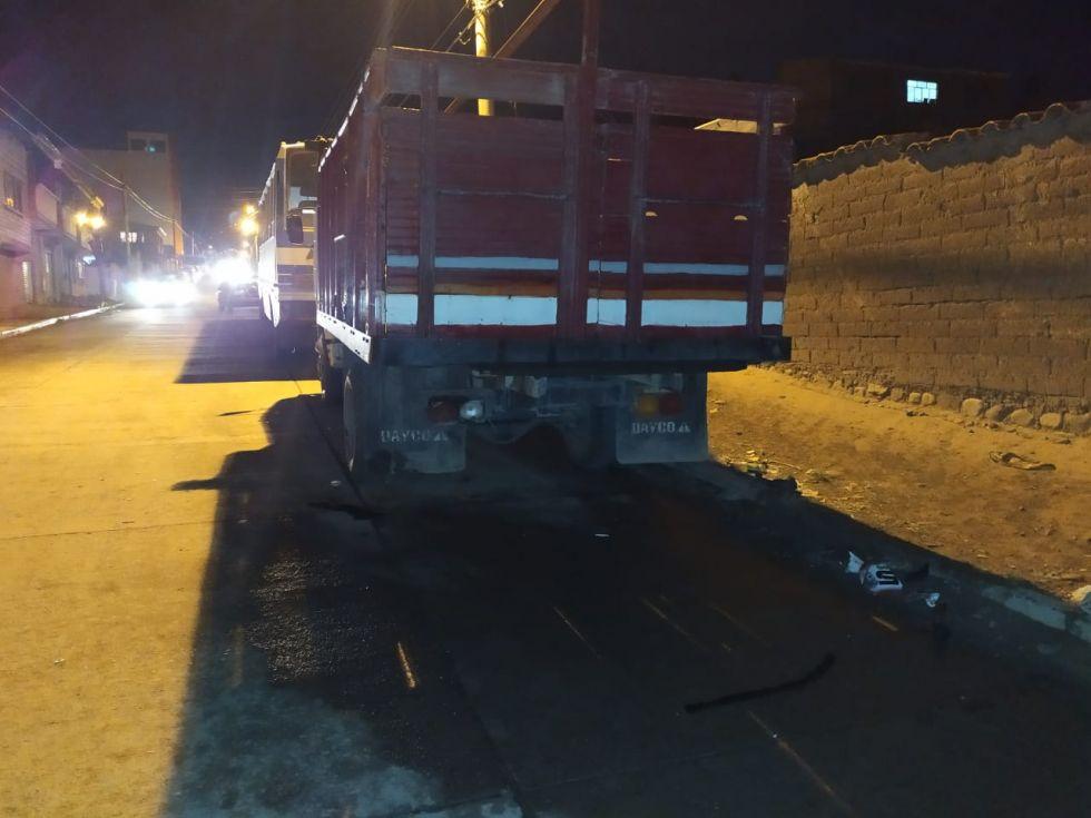 El camión contra el que chocó la moto.