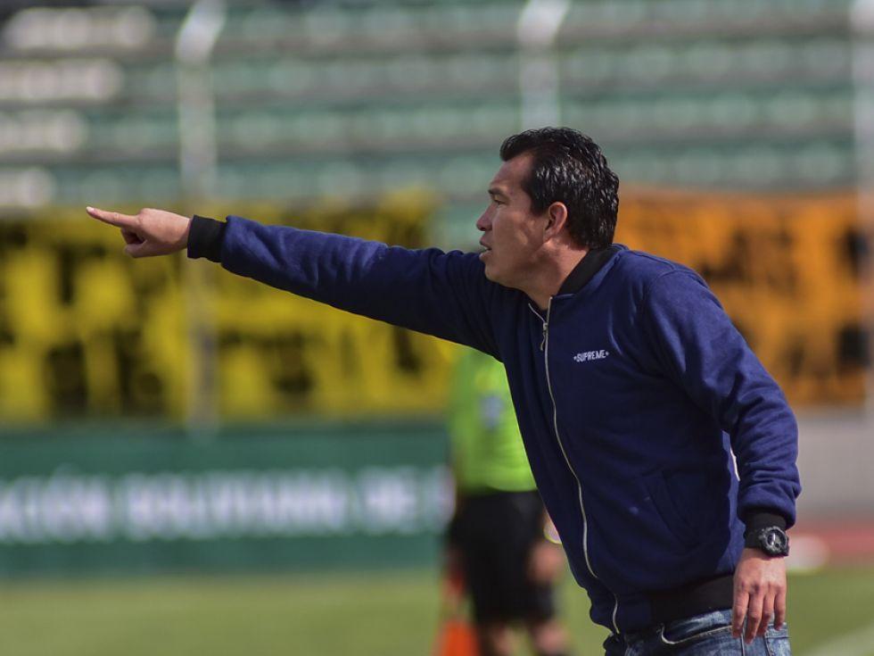 El estratega Nicolás Suárez da algunas instrucciones.