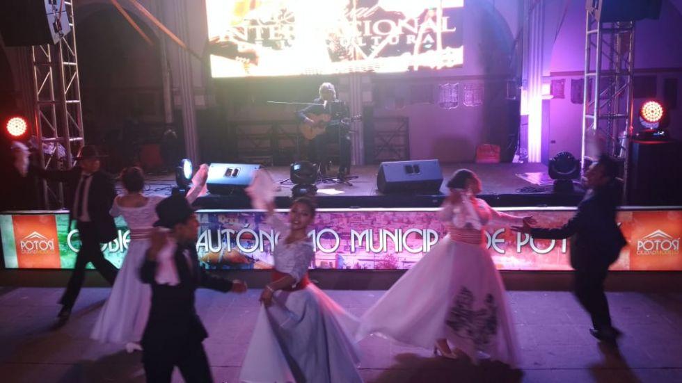 Danzas acompañan al músico.