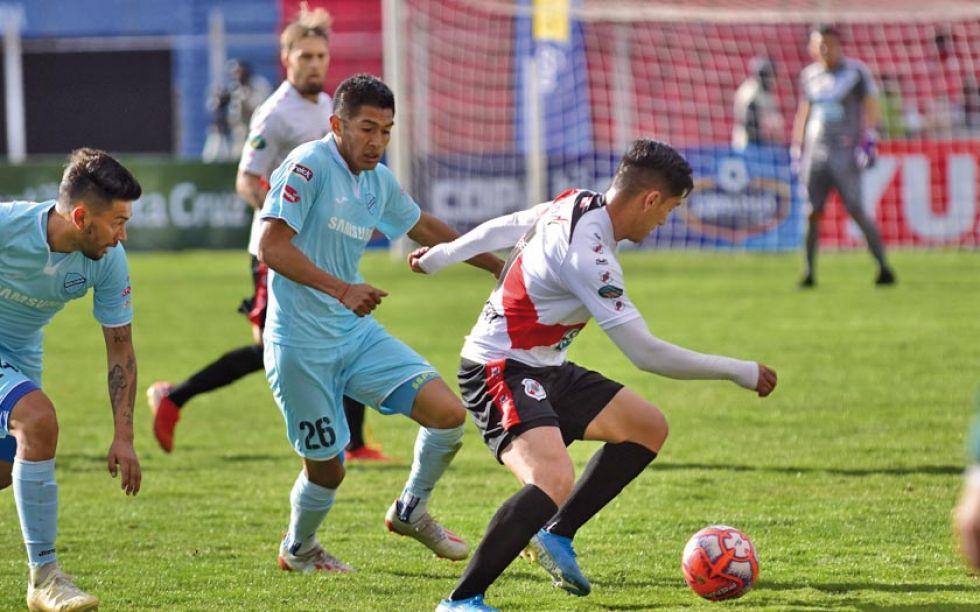 Miguel Quiroga (d) trata de escapar de la marca de sus rivales.