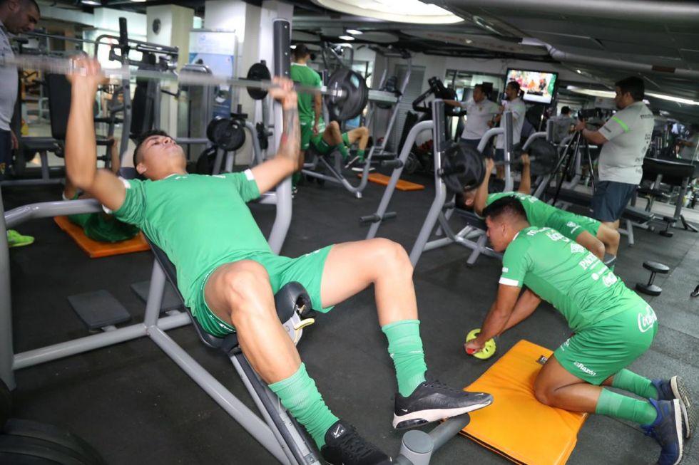 Desarrollan prácticas en el gimnasio.
