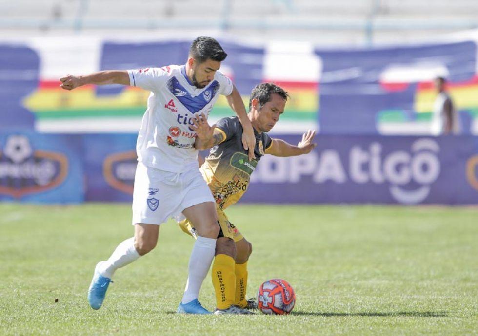 Rodrigo Ramallo y Roly Sejas pugnan el balón.