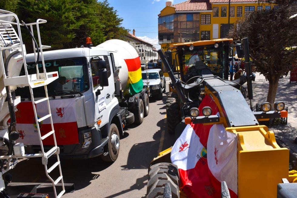 Gobernación entrega equipos y destaca avances en caminos