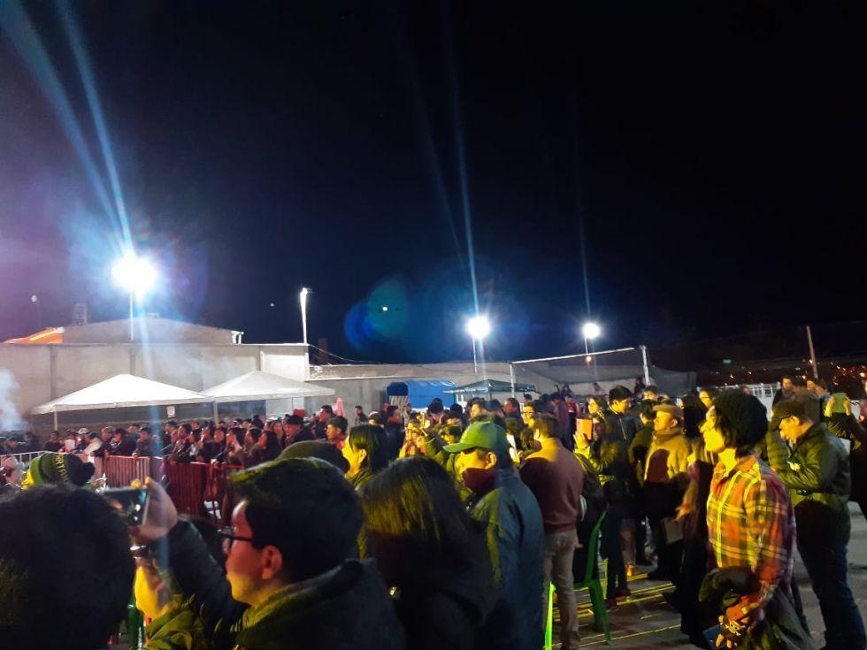 La gente asiste al espectáculo.