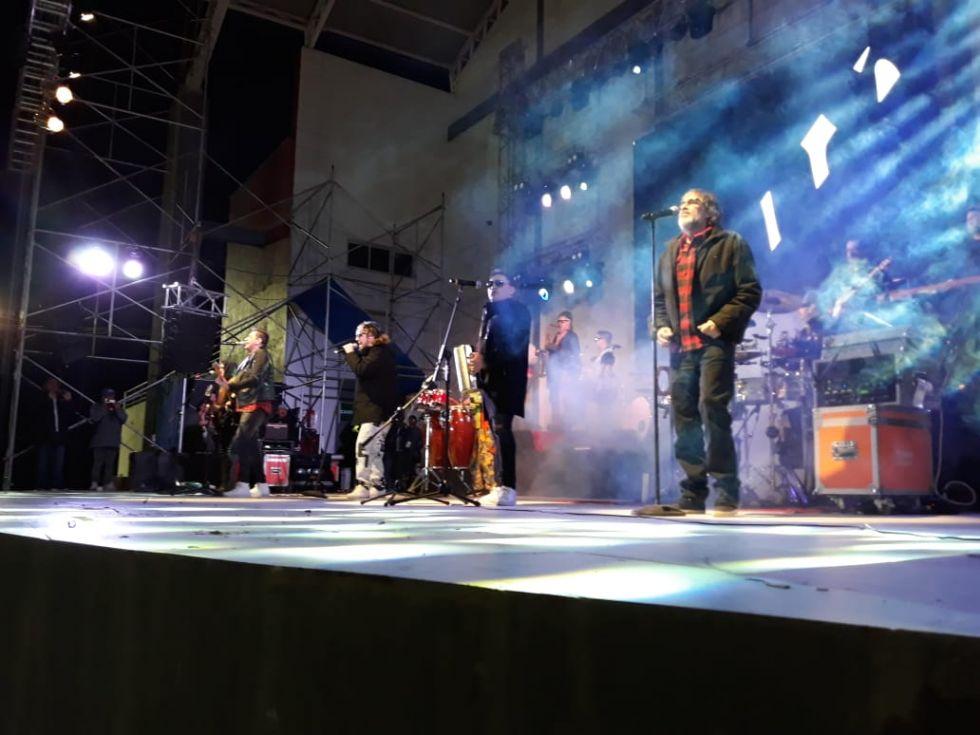 Los Auténticos Decadentes en el escenario.