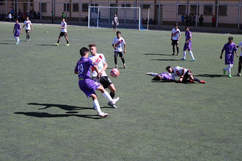 Esteban Chul Woo, de Real, controla el balón.