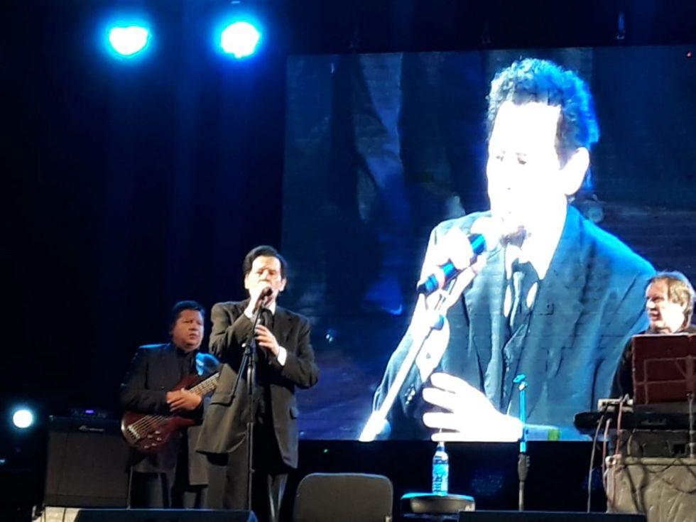 Aldo Monges ya está en el escenario.