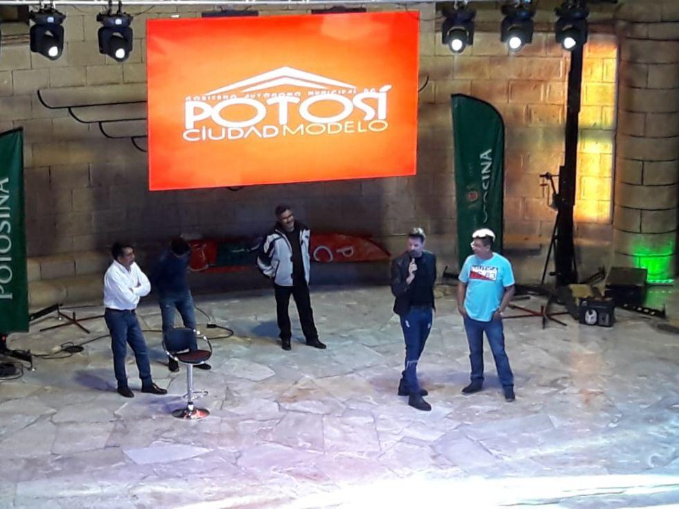 José María Listorti y comediantes bailan tinkuy en la plaza de Potosí