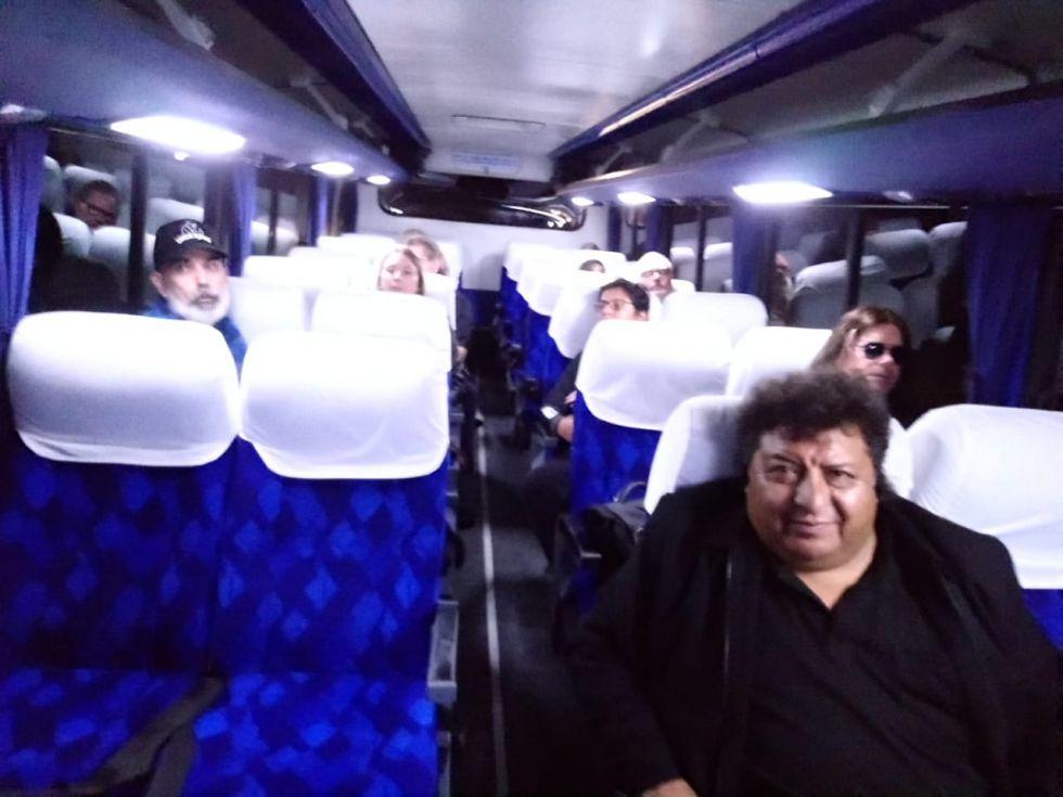 En el bus, rumbo al hotel.