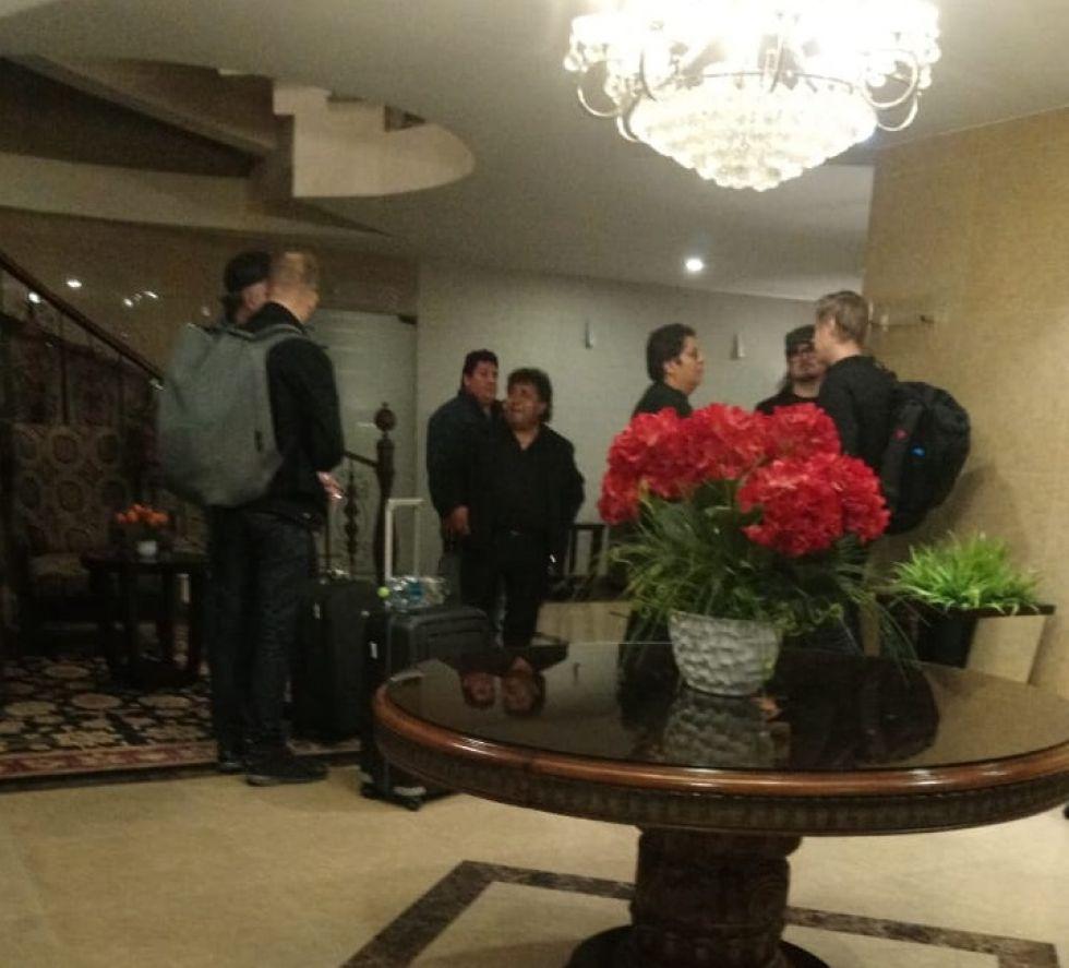 En la recepción del hotel.