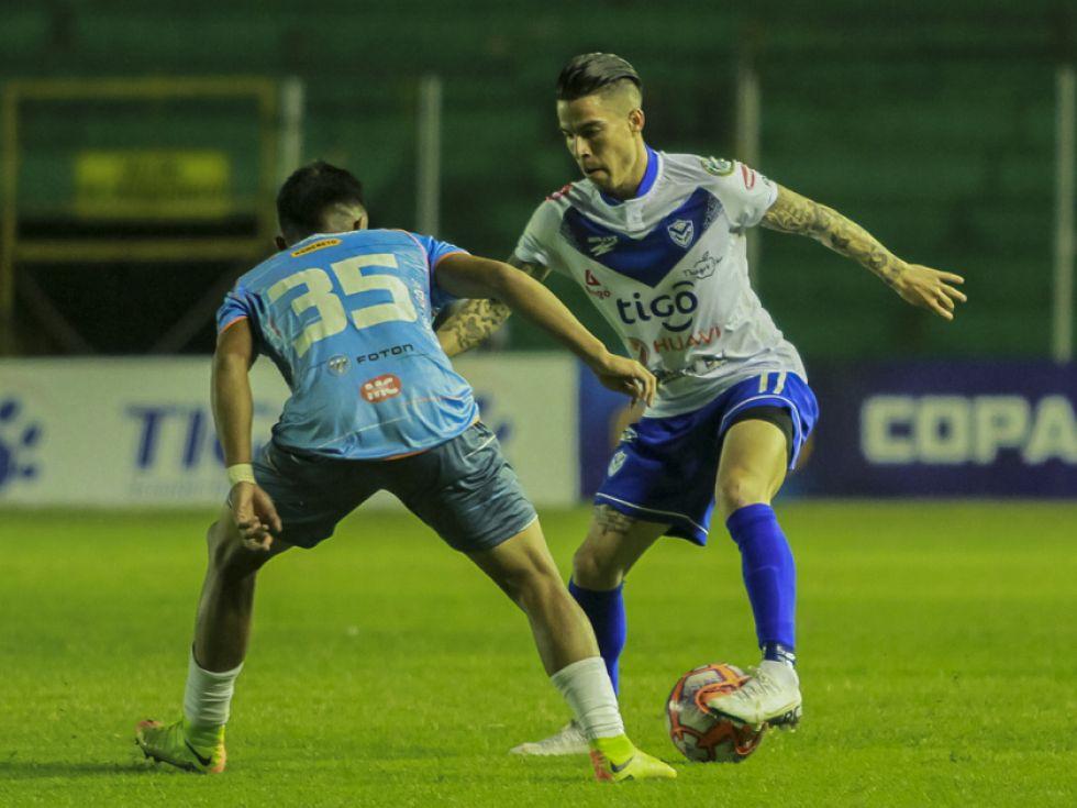 Javier Sanguinetti, de San José, controla el balón.