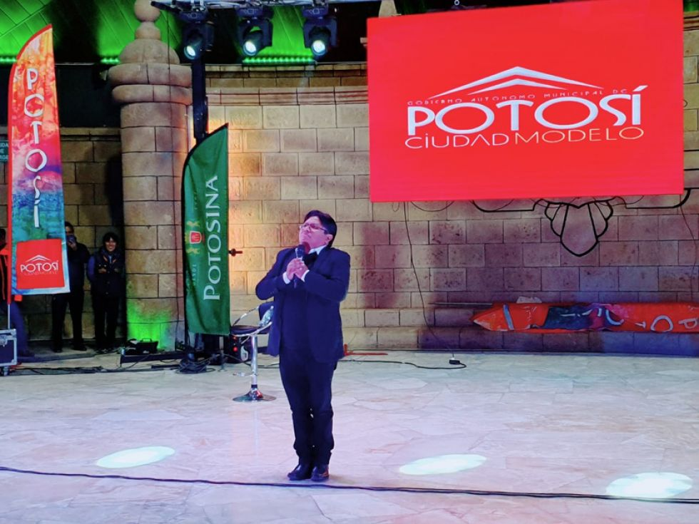 Raúl Mamani en el escenario del Teatro Víctor Paz.