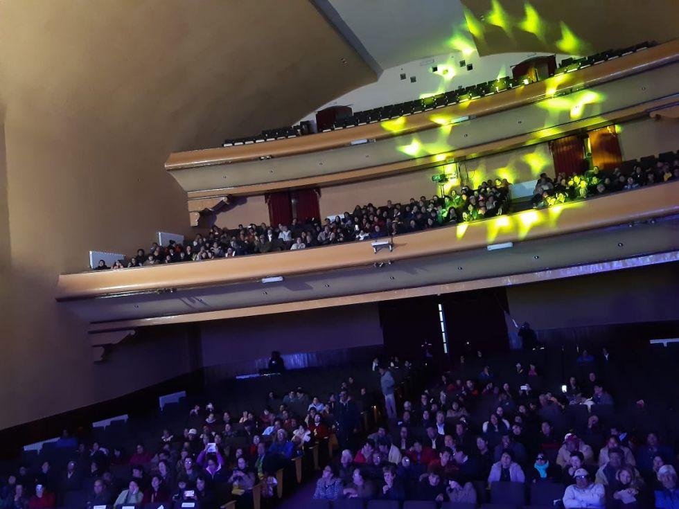 La gente llenó el teatro.