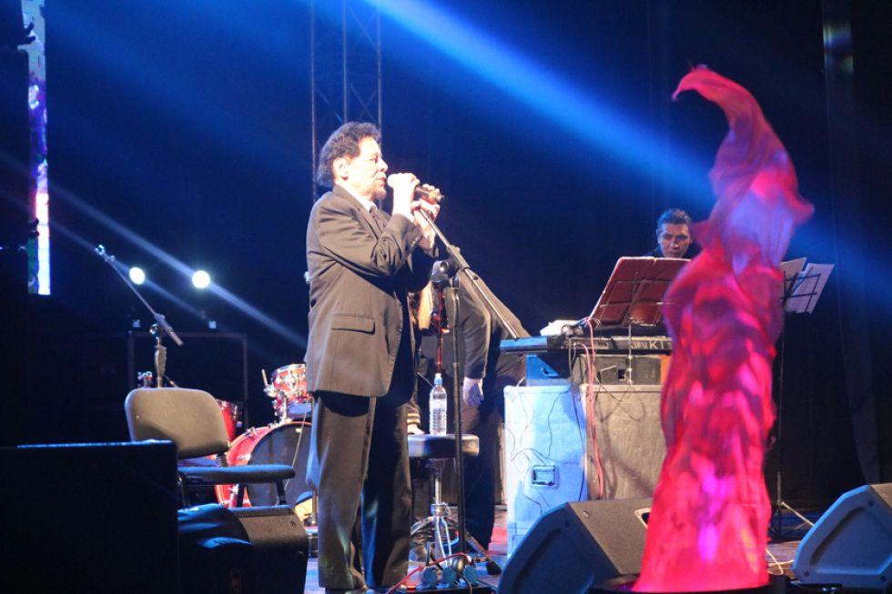El cantante cordobés anoche, en el escenario del IV Centenario.