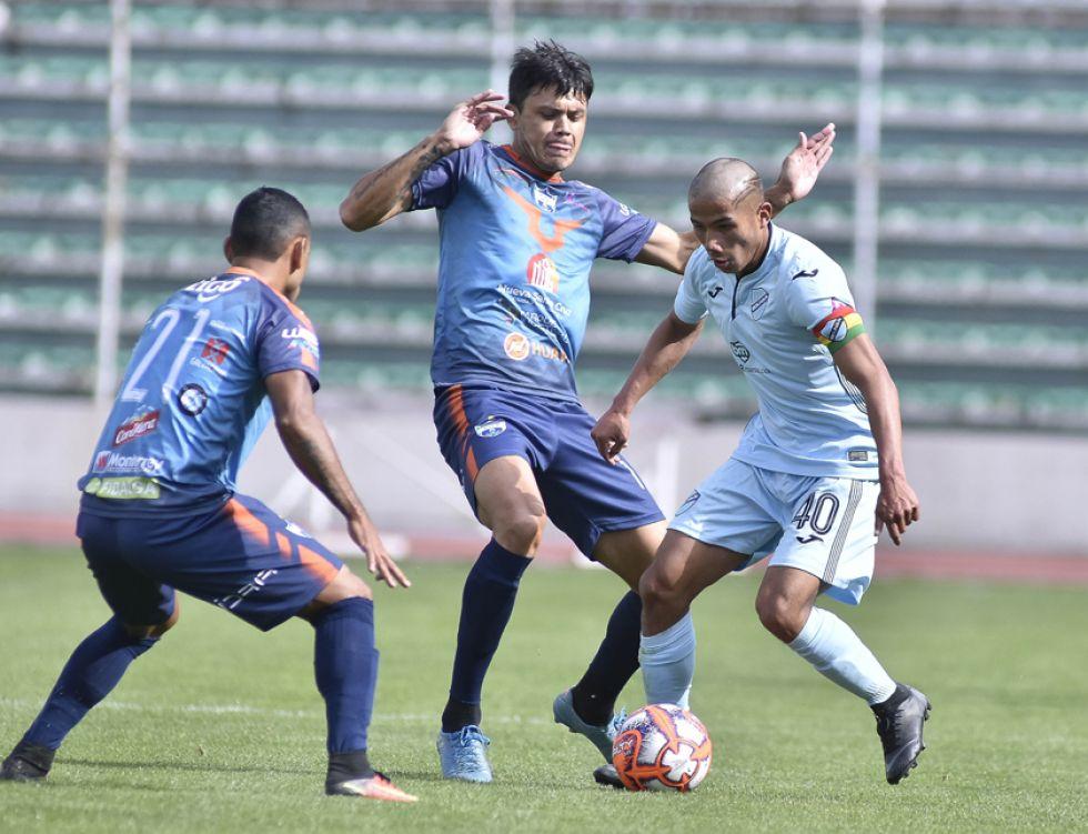 Alcides Balderrama, de Bolívar, protege la pelota ante la marca de sus rivales.