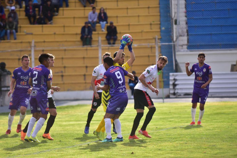 El meta Rafael Santillán conjura uno de los ataques de la banda roja.