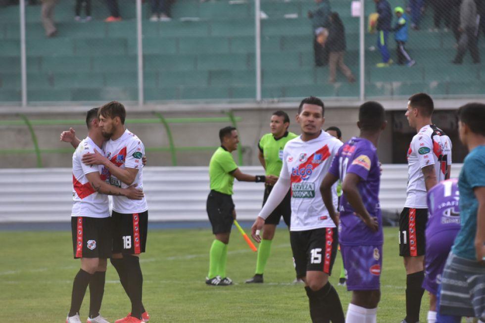 Los jugadores del equipo de los altos de San Juan se abrazan tras el triunfo.