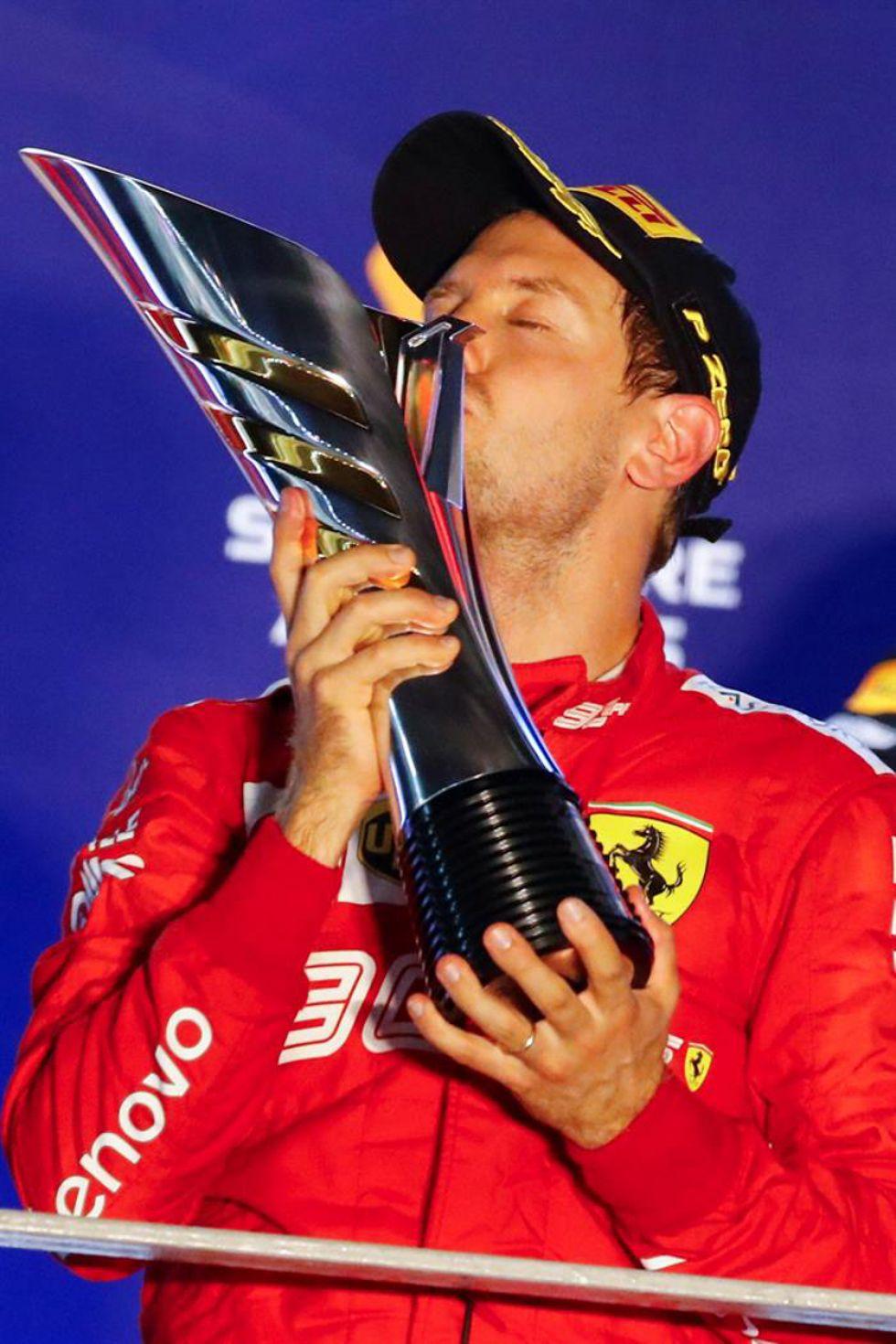 Sebastian Vettel besa el trofeo de campeón.