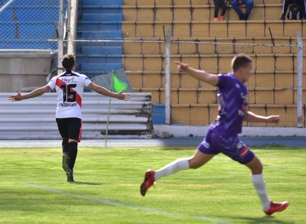 Enzo Maidana (i) festeja el segundo gol ante la bronca del zaguero Abraham Cabrera.