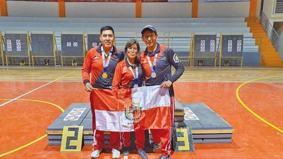 Los arqueros Nino, Enrriquez y Rodríguez posan para la foto del recuerdo.