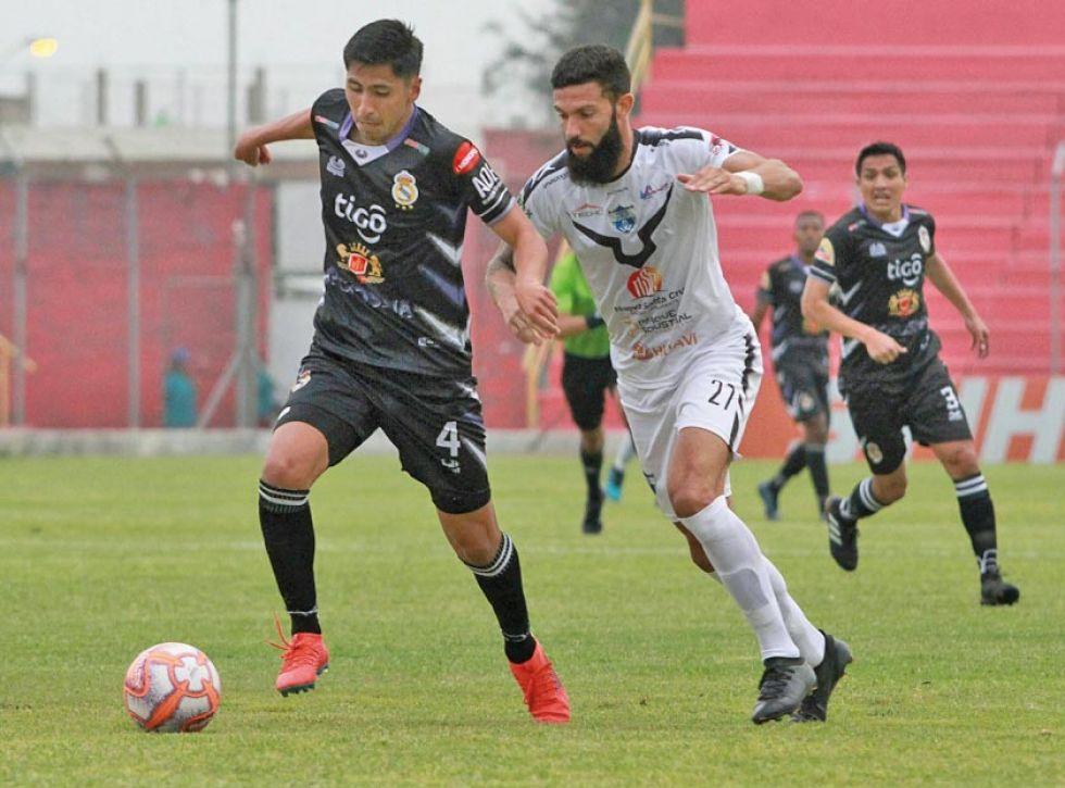 El defensa de Real, Douglas Ferrufino controla el balón.