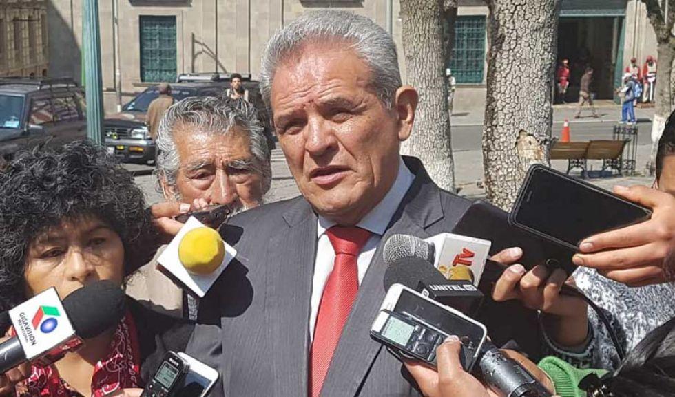 El exdefensor del Pueblo y miembro del Conade, Rolando Villena, ante los medios de comunicación.