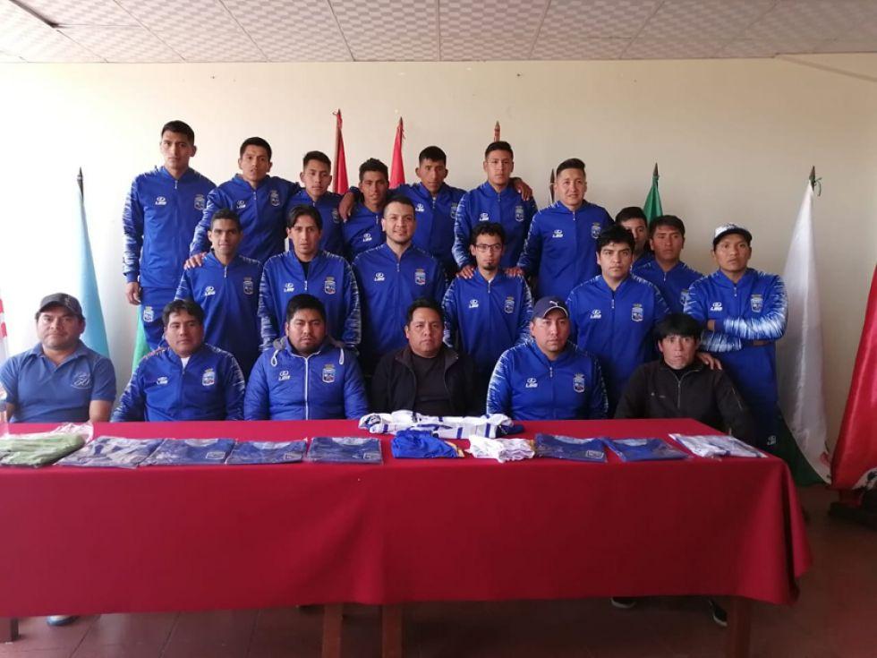 Los dirigentes, cuerpo técnico y jugadores de Concepción durante la presentación.