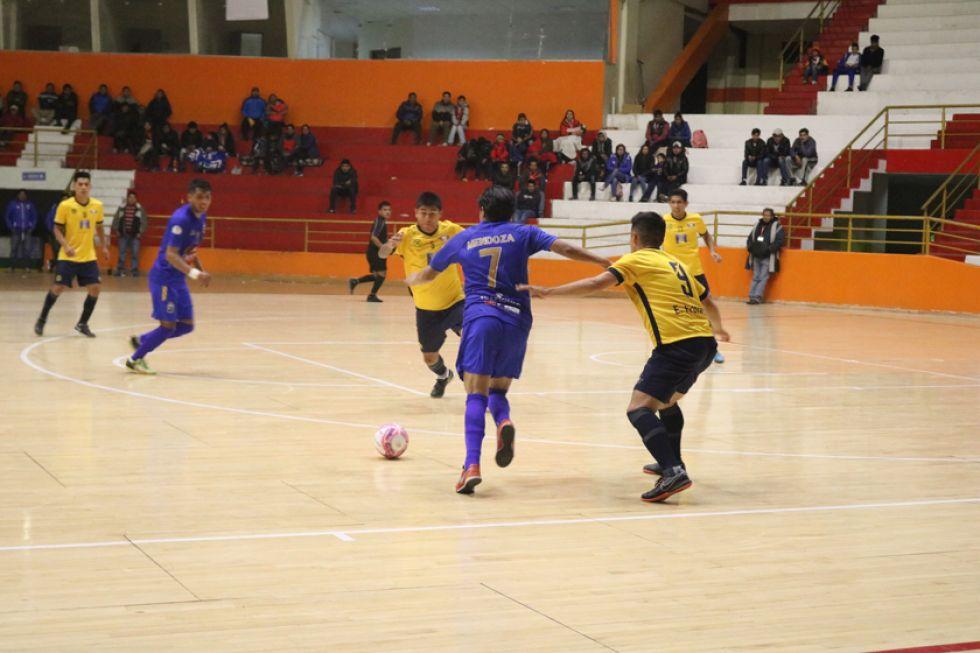 El jugador Raúl Mendoza, de Concepción, controla la pelota ante la marca de sus rivales.