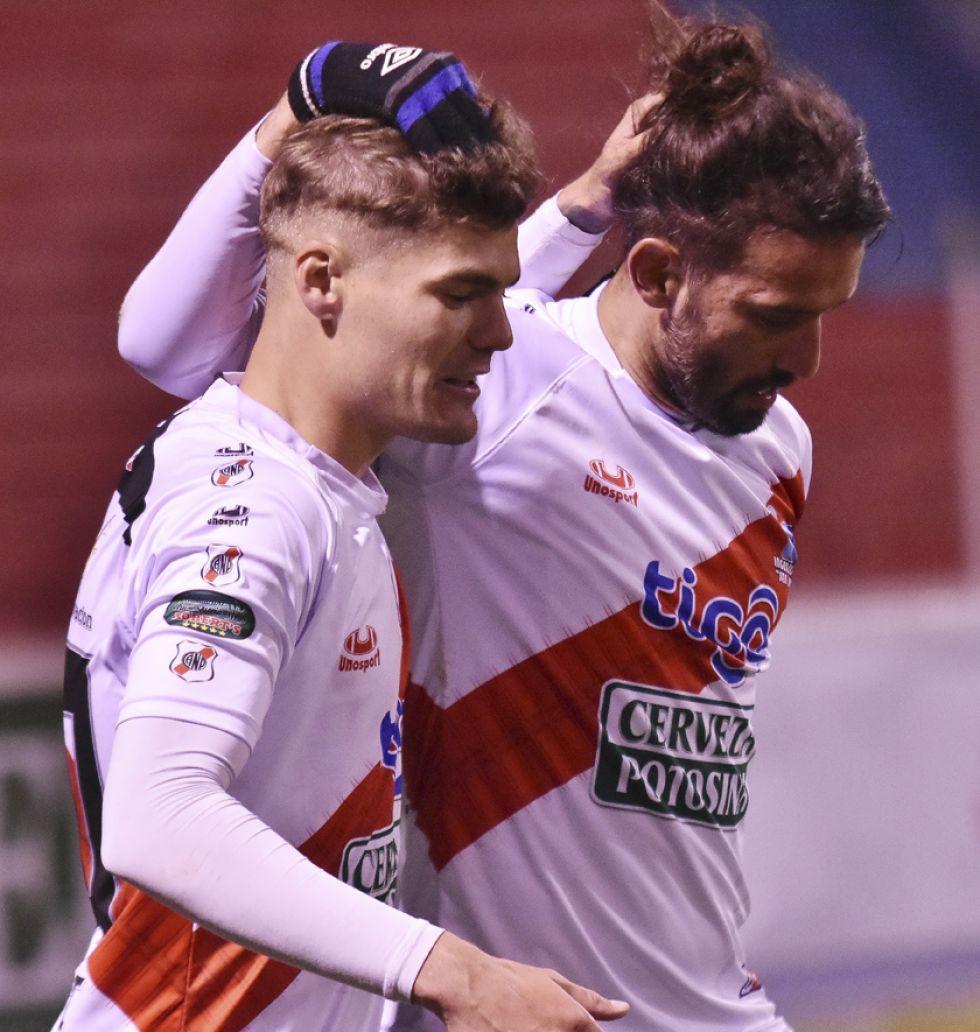 Bruno Pascua y Enzo Maidana festejan uno de los goles.