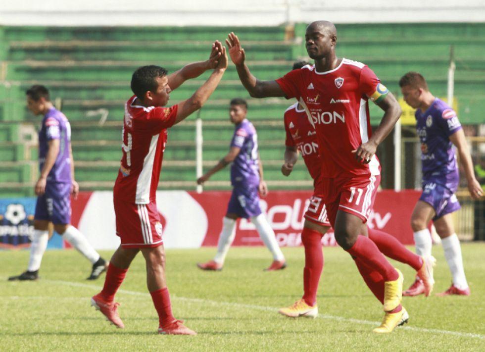 El jugador de Royal Pari, John Mosquera (d), celebra su gol.