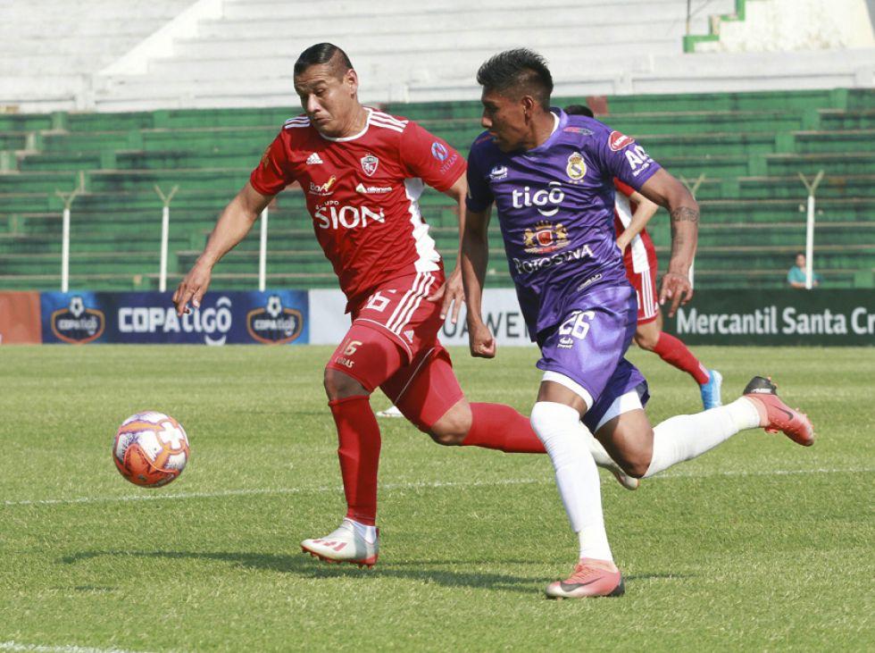 Alan Loras, de Royal Pari y Rodrigo Ávila, de Real, luchan por la pelota.