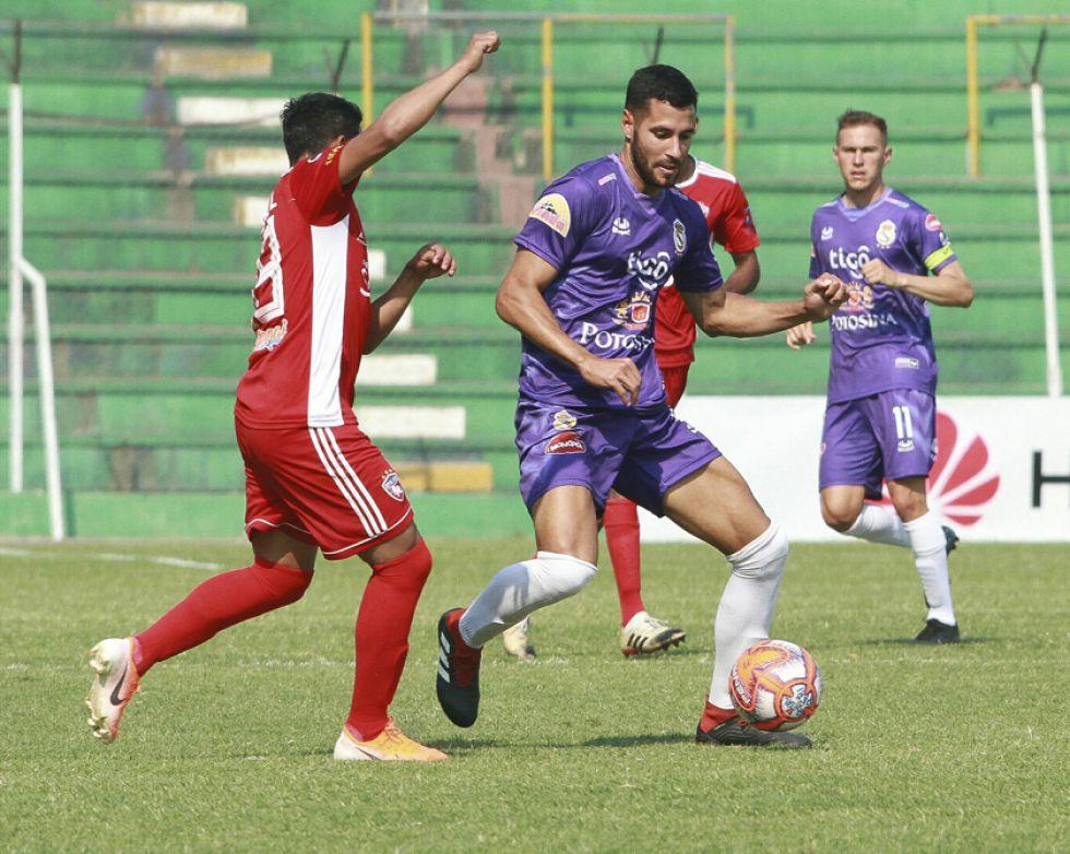 Federico Domínguez, de Real, controla la pelota.