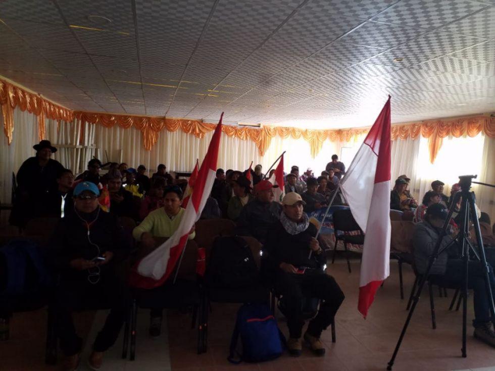 Los delegados de las organizaciones en el salón de la cancha central de Uyuni.