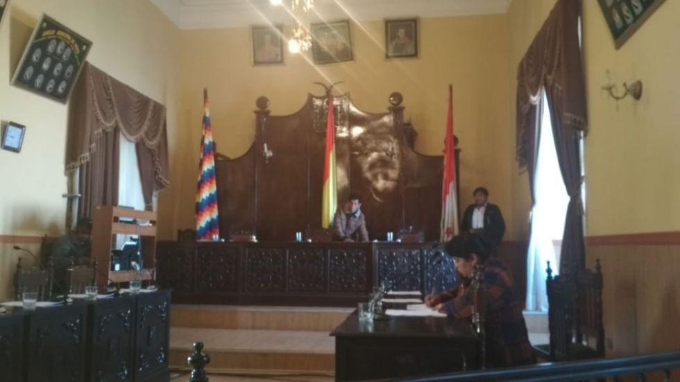 El vicepresidente Carlos Carmona toca el timbre para la segunda llamada.