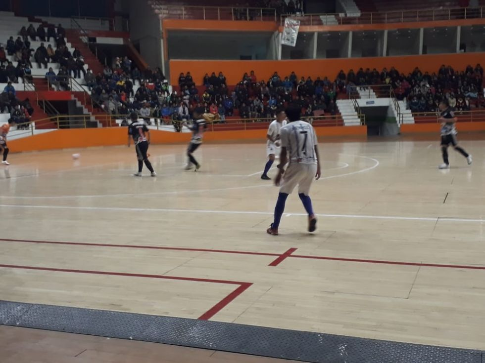 """Juegan en el coliseo  """"Ciudad de Potosí"""""""