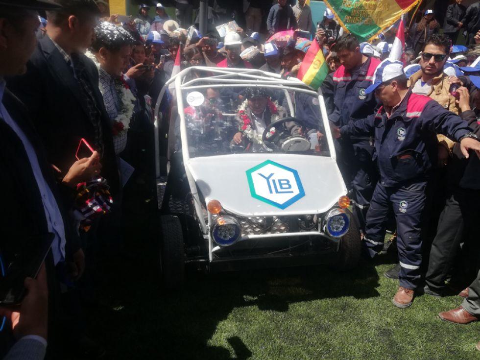El presidente Evo Morales presentó el primer auto eléctrico.