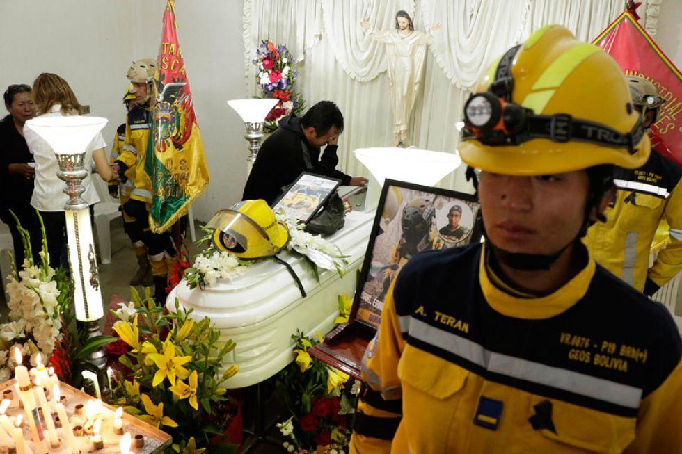 Muere un bombero potosino en el fuego de Villa Tunari