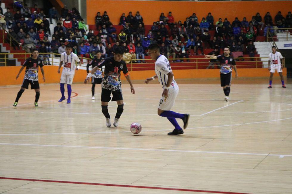 El jugador Walter Ruiz, de Concepción, controla el balón.