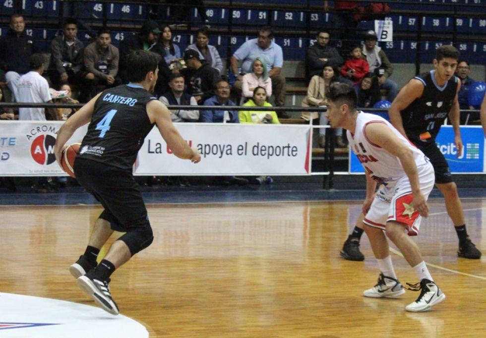 Juan Pablo Cantero trata de pasar la marca de Ronald Arze.