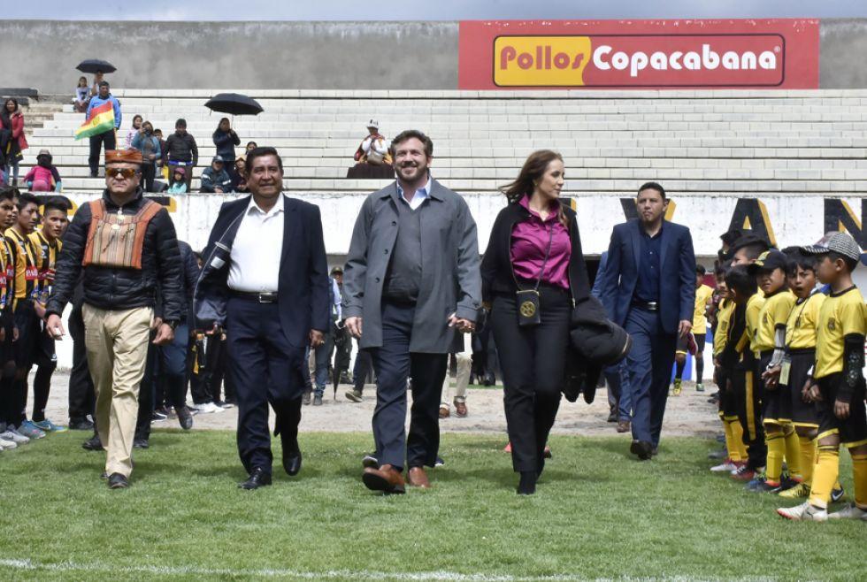 Cesár Salinas junto al titular de la Conmebol visitaron el complejo de The Strongest.